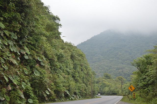 En su contribución nacional, Costa Rica estimó que el sector más afectado por la vulnerabilidad climática es la infraestructura vial. Esta carretera, que conecta a San José con la costa del Caribe y que atraviesa la cordillera montañosa central, cierra varias veces al año por desprendimientos y bloqueos. Crédito: Diego Arguedas Ortiz/IPS