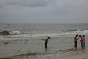 Niños en la playa Orange, en Alabama, Estados Unidos. Crédito: Erika Blumenfeld/IPS