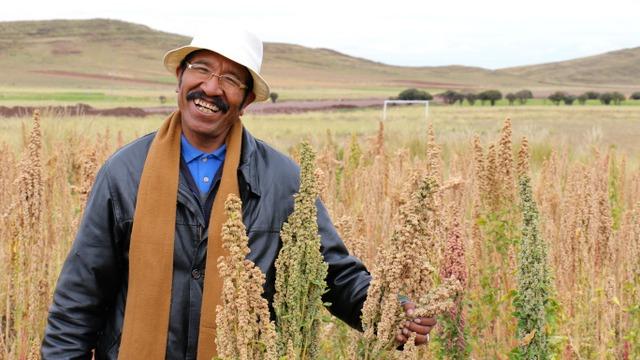 Un campesino muestra su producción en la aldea aymara de Nasa Q'ara, también conocida como Nazacara, del departamento de La Paz, en Bolivia. Crédito: Jessica Belmont / FONPLATA