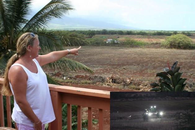 Tammy Brehio señala a un campo de maíz de Monsanto, a pocos metros de su casa, en Kihei, Hawái. La imagen insertada muestra cómo un tractor de Monsanto rocía pesticidas. Crédito: Christopher Pala y Tammy Brehio (imagen insertada).