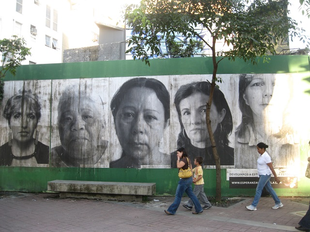 Madres de asesinados por la violencia callejera en Venezuela llaman a reflexionar desde los muros de Caracas. Crédito: Fidel Márquez /IPS