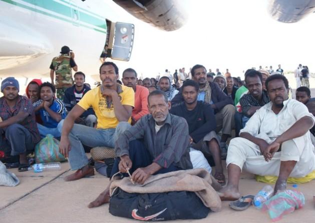 Estos migrantes de Chad serán repatriados por avión desde el aeropuerto de Kufra, en Libia. Crédito: Rebecca Murray/IPS