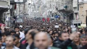 Miles de personas salen a las calles de Estambul a protestar en contra de la ola de violencia que se vivió en Ankara, capital de Turquía. Crédito: TeleSUR.