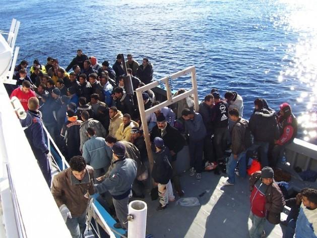 Inmigrantes del norte de África cerca de la isla italiana de Sicilia. Crédito: Vito Manzari, de Martina Franca (TA), Italia. Immigrati Lampedusa / CC-BY-2.0