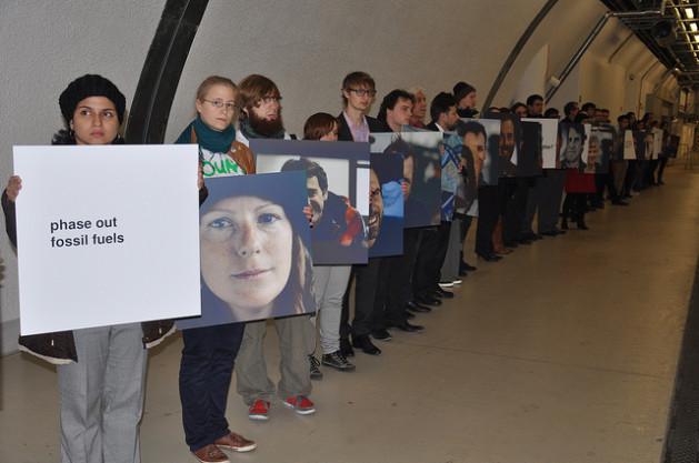 Activistas en la entrada del Estadio Nacional de Varsovia, donde se realizó la 19 Conferencia de las Partes de la Convención Marco de las Naciones Unidas sobre el Cambio Climático. Crédito: Desmond Brown/IPS