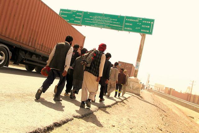 Migrantes afganos vuelven a casa tras ser deportados de Irán. Crédito: Karlos Zurutuza/IPS