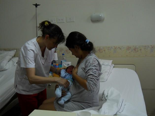 La atención a la madre durante el embarazo, el parto y el postparto son esenciales para disminuir la mortalidad materna. Crédito: Gobierno del municipio de Tigre, Buenos Aires, Argentina.
