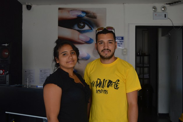 Los hermanos Ángel y Guadalupe Villalobos son dos jóvenes de Costa Rica que crearon una microempresa de comercialización de frutas en San José para autoemplearse. Crédito: Diego Arguedas Ortiz/IPS