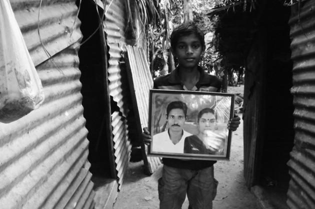 Jadusan, el hijo de 14 años de Thavarasa Utharai, sostiene una fotografía de sus padres. Su padre permanece desaparecido, la última vez que lo vio fue en marzo de 2009. Crédito: Amantha Perera/IPS.
