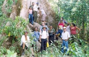 Integrantes de una comunidad de Costa Rica en el bosque que luchan por proteger. La comunidad demanda el cese de la tala corporativa intensiva y que el área no sea dedicada a la insostenible actividad de la agricultura y los pastos. Crédito: Coecoeiba/Amigos de la Tierra Costa Rica