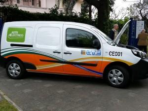 Desde julio del 2014, la empresa estatal eléctrica de Uruguay, UTE, tiene en circulación 30 camionetas 100 por ciento eléctricas. Tras la positiva experiencia en diferentes terrenos del país, este mes de noviembre duplicó esa flota de camionetas y sumó dos automóviles. Crédito: Verónica Firme/IPS