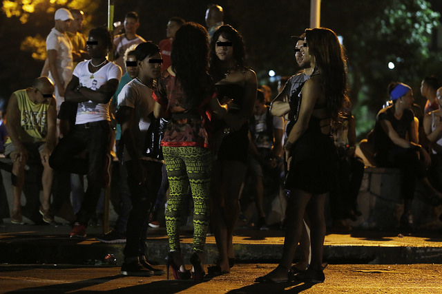 """Durante la noche, grupos de personas que integran los colectivos de lesbianas, gays, bisexuales, transexuales e intersexuales (LGBTI) acuden a lugares de encuentro en el barrio de El Vedado y otros similares en La Habana, en Cuba. Algunos de ellos funcionan como espacios para practicar el """"cruising"""". Crédito: Jorge Luis Baños/IPS"""