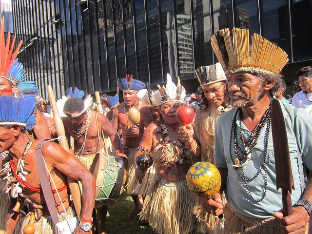 Indígenas brasileños durante una protesta en demanda de que se cumplan sus derechos como pueblos originarios, en la ciudad de Río de Janeiro. Crédito: Mario Osava/IPS