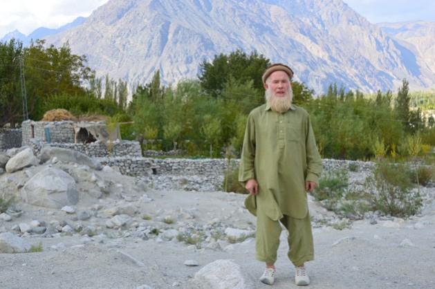 Ishaq Khan retratado en la que fuera su fértil parcela de maíz, papas y árboles frutales, y que quedó devastada tras una inundación repentina en 2010 en Pakistán. Crédito: Saleem Shaikh / IPS.