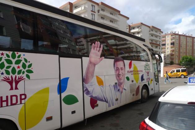 Autobús del partido HDP en las calles de Diyarbakir, antes de las elecciones generales de Turquía el 1 de noviembre. Crédito: Joris Leverink / IPS