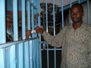 Mohammed Omar compra un boleto para utilizar los baños en el mercado Kongowea, de Kenia, donde unas 1.500 personas utilizan los servicios sanitarios cada día. Crédito: Miriam Gathigah/IPS