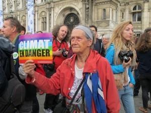 """""""Clima en peligro"""", advierte el cartel de esta manifestante en la Marcha del Pueblo por el Clima, realizada en París, el 21 de septiembre de 2014. Crédito: A.D. McKenzie/IPS"""