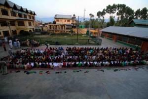 Niñas y niños comiendo un domingo en uno de los mayores orfanatos de Cachemira. Crédito: Umer Asif/IPS.