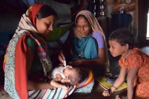La trabajadora de la salud Urmila Kasdekar revisa a un recién nacido en la aldea de Berdaballa, en el oeste de India. Crédito: Stella Paul/IPS.