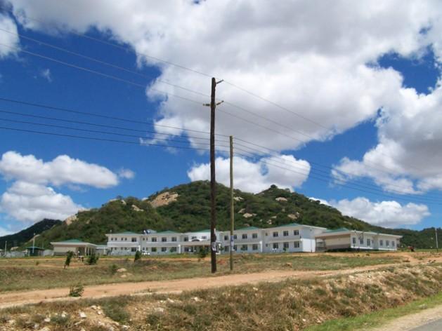 Las residencias estudiantiles de la Universidad de Dodoma, en Tanzania, gozarán de electricidad sin cortes gracias a un proyecto de energía solar. Crédito: Kizito Makoye/IPS