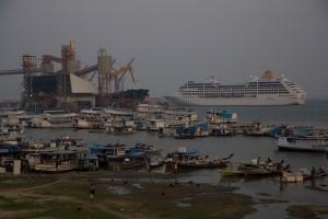 Parte del terminal portuario y logístico de la compañía estadounidense de Cargill en la ciudad de Santarém, que empequeñece a las barcas tradicionales de la cuenca amazónica, en la ribera del río Tapajós, en el norte de Brasil. Crédito: Fabiana Frayssinet/IPS