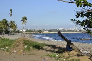 Vista de la playa de Gringo y al fondo la ciudad de Bajos de Haina, el principal centro industrial y portuario de República Dominicana y también la tercera ciudad más contaminada del mundo. Crédito: Dionny Matos/IPS