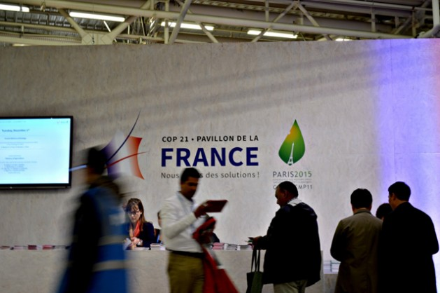 La COP21, organizada y presidida por Francia, se movió con celeridad bajo presión del gobierno anfitrión, con el objetivo de acordar un tratado climático universal, el llamado Acuerdo de París. Crédito: Diego Arguedas Ortiz/IPS.