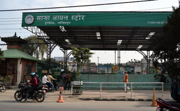 """Motociclistas ante un cartel que dice """"No hay diésel"""" en una gasolinera de Katmandú. Crédito: Stella Paul/IPS"""