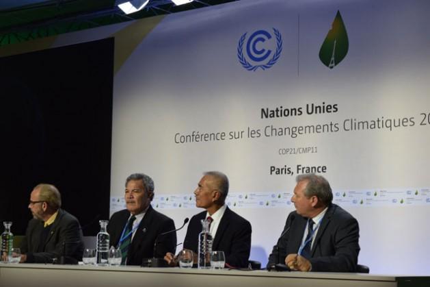 El primer ministro de Tuvalu y el presidente de Kiribati (segundo y tercero desde la izquierda, respectivamente), dos de los países más vulnerables del mundo debido al cambio climático, ante los medios de comunicación en la COP21.
