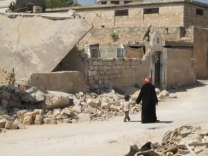 Una madre y su hijo cerca de Ma'arat Al-Numan, una zona rebelde de Siria. Crédito: Shelly Kittleson/IPS.