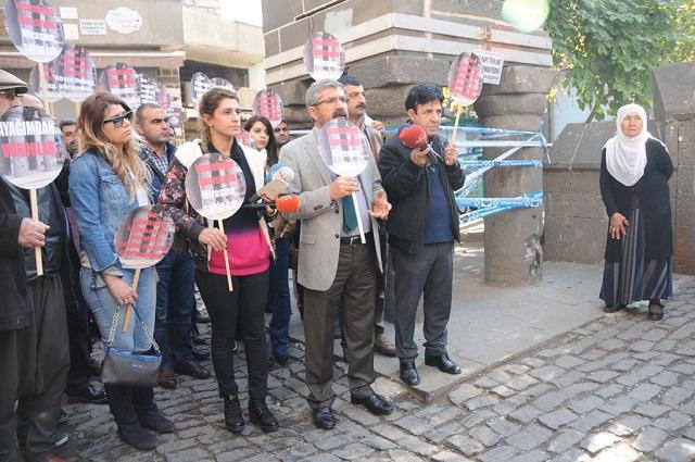 Tahir Elci (de saco y corbata) poco antes de morir el 28 de noviembre de 2015 en Diyarbakir, Turquía. Crédito: Voice of America.