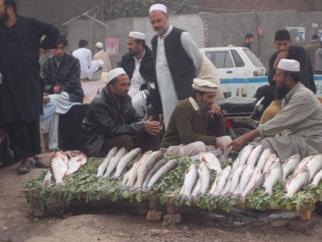 Refugiados afganos en Pakistán aguardan que el gobierno decida si quienes cuentan con documentos se pueden quedar o deben regresar a Afganistán. Crédito: Ashfaq Yusufzai/IPS.