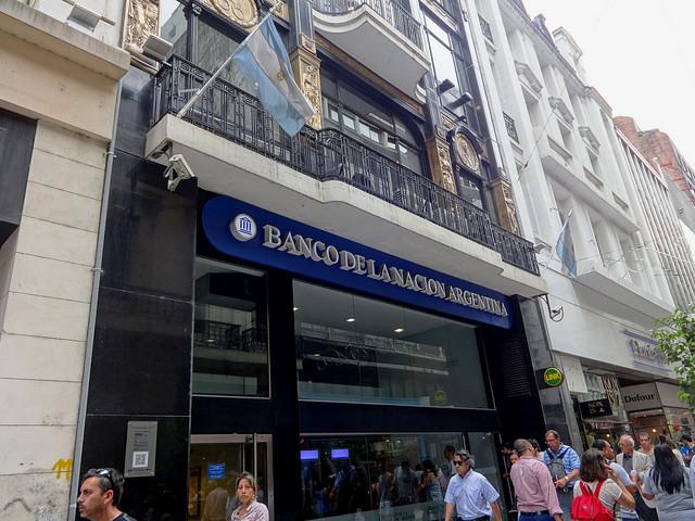 Banco de la Nacion Argentina, en el centro de Buenos Aires. Con el fin de las restricciones cambiarias, ahora se puede comprar y vender dólares en casas de cambio y bancos. Credito: Fabiana Frayssinet/IPS.
