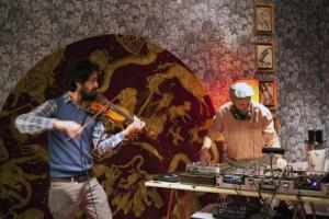 Alaa Arsheed y Gian Pietro Masa en la inauguración de la exposición Calendarium, de Fornasetti. Crédito: Fornasetti/IPS