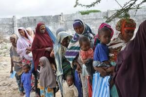 Mujeres con sus hijos hacen fila en la clínica de salud del campamento de Badbaado, en las afueras de Mogadiscio, Somalia, a donde llegaron huyendo de la sequía. Crédito: Abdurrahman Warsameh/IPS