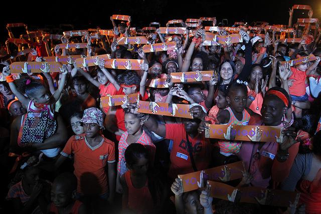 Integrantes de la Red de Artistas Únete, que convocó a participar en el Flash mob Acción por la No violencia de Género, en el Día Internacional para la Eliminación de la Violencia contra las Mujeres, en La Habana, Cuba. Crédito: Jorge Luis Baños_IPS.