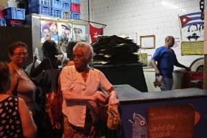 Un grupo de mujeres aguardan su turno para comprar los alimentos que se venden de manera racionada a la población en un establecimiento estatal en La Habana, Cuba, el 21 de noviembre 2015. Crédito: Jorge Luis Baños/IPS.