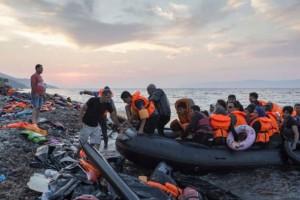 Miles de refugiados se lanzan a diario a una peligrosa travesía para tratar de lograr una vida mejor en Europa; 2015 fue uno de los peores en décadas por el número de personas en esa situación. Crédito: I.Pritchett/Acnur.
