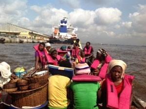 Mujeres rumbo a la ciudad de Lagos para vender el pescado ahumado con sus nuevas cocinas que funcionan con energía solar. Crédito: Augustina Armstrong Ogbonna.