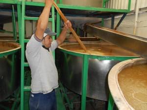 El maíz se coce con agua y cal para eliminar las aflatoxinas causantes de cáncer hepático y de cervix. En la imagen, un trabajador de la empresa Grulin revuelve el maíz antes de ser lavado, escurrido y molido, en San Luís Huexotla, México. Crédito Emilio Godoy/IPS.