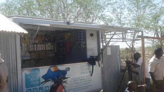 Uno de los quioscos solares con productos a la venta. Además de bebidas y comestibles, ofrece accesorios y servicios como el de recargar el celular. Crédito: Justus Wanzala/IPS.