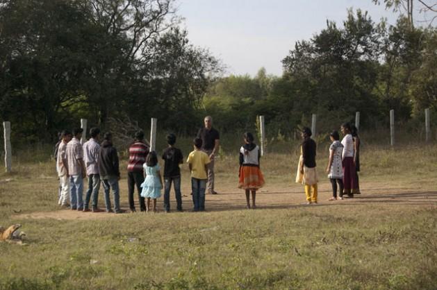 Ashok Rau, el director de la Fundación Libertad, juega con un grupo de huérfanos por el VIH en India. Crédito: Malini Shankar/IPS