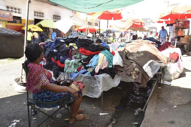 Las filtraciones en las redes hidráulicas urbanas, como este en el mercado Pequeño Haití, en Santo Domingo, provocaron pérdidas de agua durante la larga sequía en República Dominicana. Crédito: Dionny Matos/IPS