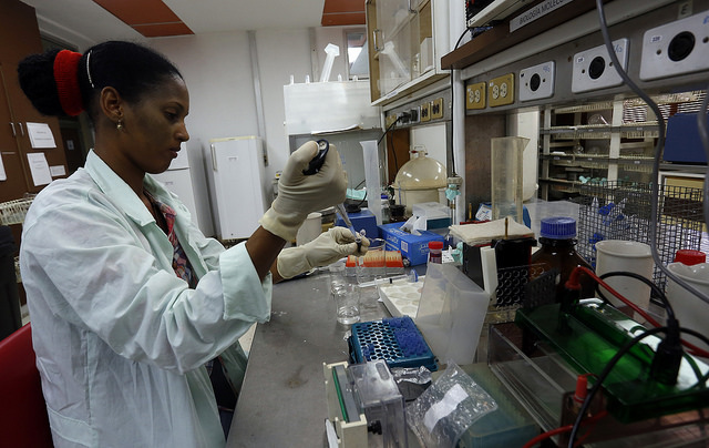 Una científica del Centro de Ingeniería Genética y Biotecnología de Cuba realiza pruebas de laboratorio en la sede de la institución en la ciudad de Camagüey. Crédito: Jorge Luis Baños/IPS