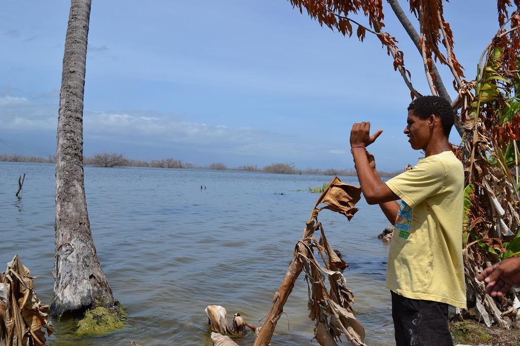 Un joven en la ribera del lago Enriquillo, en la frontera de República Dominicana con Haití, que integra el multinacional Corredor Biológico en el Caribe, creado en 2007 por esos dos países y Cuba, con la cooperación del Programa de las Naciones Unidas para el Medio Ambiente y la Unión Europea. Crédito Dionny Matos/IPS