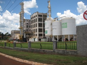 Una planta industrial de azúcar y etanol, en Sertãozinho, en el estado de São Paulo. La industria cañera retrocedió en Brasil durante el gobierno de Dilma Rousseff, por su subsidio a la gasolina, golpeando su competidor directo, el etanol. Crédito: Mario Osava/IPS