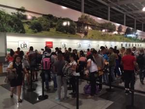 Parte de los 180 migrantes cubanos que la noche del martes 12 salieron del aeropuerto Daniel Oduber, en el norte de Costa Rica, mientras se registraban para el vuelo de prueba, que abre una salida para la crisis iniciada en noviembre de 2014. Crédito: Ministerio de Relaciones Exteriores de Costa Rica
