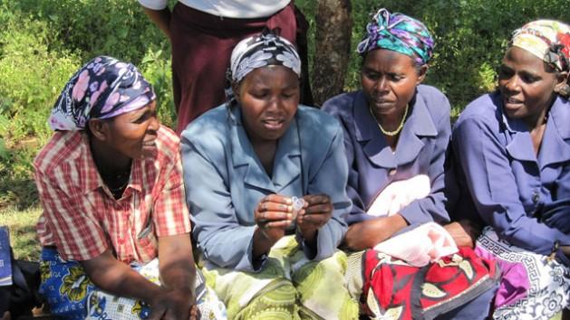 Mujeres de Meru, Kenia, analizan una copa menstrual. Crédito: UNFPA