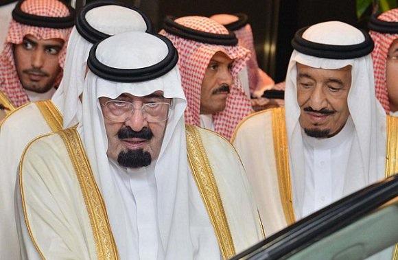 El fallecido rey Abdalá (izquierda) y su hermano menor, Salmán bin Abdulaziz, el monarca de Arabia Saudita. Crédito: Tribes of the World/cc by 2.091)