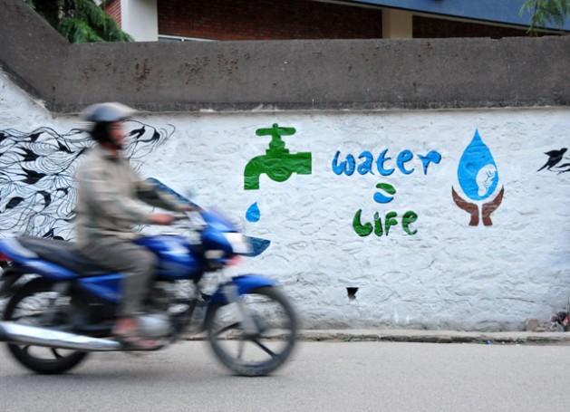 El agua es el eje del desarrollo sostenible y es fundamental para las estrategias de adaptación y mitigación del cambio climático. Crédit: Amantha Perera/IPS.